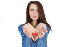 爱和情人节美丽的浅黑肤色的男人在手上的拿着红色心脏隔绝在白色背景 免版税库存照片