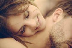爱和柔软 红色上升了 浪漫夫妇容忍 美好的夫妇日期  逗人喜爱的男人和妇女约会 免版税库存图片