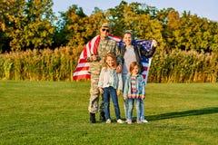 爱国的美国家庭画象  图库摄影