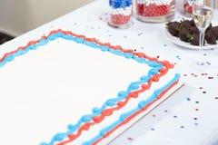 爱国红色,白色和蓝色蛋糕用香槟 免版税库存图片