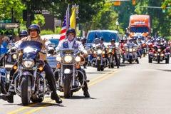 爱国者卫兵和辗压雷在游行的摩托车车手 免版税库存照片