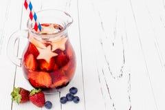 爱国饮料鸡尾酒用草莓、蓝莓和苹果第4的7月党 免版税库存照片