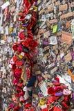 爱在墙壁,维罗纳上的心脏锁 库存照片