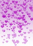 爱在天空,漂浮在桃红色树荫下的心脏中  免版税库存图片