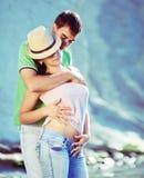 爱在岩石海岸的性感的夫妇 免版税库存照片