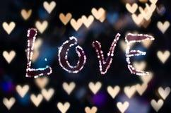 爱在心脏bokeh -情人节背景 免版税库存图片