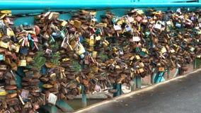 爱在挂锁Tumski桥梁栏杆在弗罗茨瓦夫,波兰 股票录像