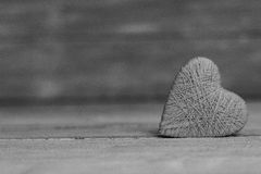 爱在木纹理背景,情人节卡片概念的心脏 原始的心脏背景 库存照片
