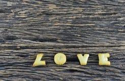 爱在木背景的曲奇饼字母表 库存照片