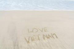 爱在沙子写的越南 免版税库存照片
