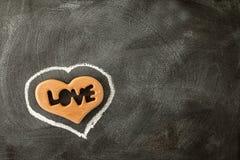 爱在黑板的华伦泰心脏 夫妇日例证爱恋的华伦泰向量 免版税库存图片