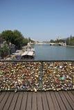 `爱在巴黎锁在艺术桥的`河的塞纳河 库存照片
