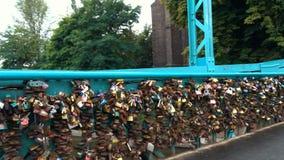 爱在Tumski桥梁栏杆挂锁在弗罗茨瓦夫,波兰 股票录像