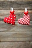 爱垂悬在灰色木背景的绳索的心脏 库存图片