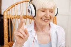 爱声音的被启发的梦想的祖母 免版税库存照片