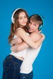 年轻爱夫妇。 拿着女孩的男孩。 佩带的耳机 库存图片