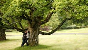 爱夫妇在公园 免版税图库摄影