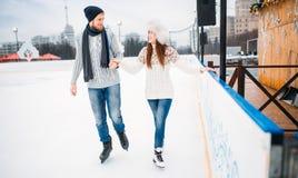 爱夫妇,人学会妇女滑冰在溜冰场 免版税库存图片