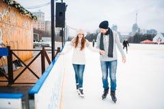 爱夫妇,人学会妇女滑冰在溜冰场 免版税图库摄影