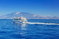 爱奥尼亚海在扎金索斯州海岛的船巡航 库存照片