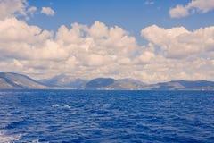 爱奥尼亚海地平线,从希腊ferryboa的一个露天甲板的一个激动人心的景色 免版税库存图片