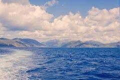 爱奥尼亚海地平线,从希腊ferryboa的一个露天甲板的一个激动人心的景色 库存图片