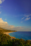 爱奥尼亚海美丽的景色与沙滩的在有绿色的阿尔巴尼亚丛生前景 库存照片