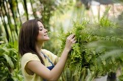 爱她的工作的女性花匠 免版税图库摄影
