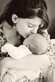 爱她的婴孩的母亲 免版税库存图片