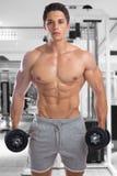 爱好健美者体型干涉健身房坚强的肌肉年轻人d 免版税图库摄影