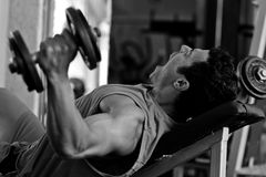 爱好健美者困难培训在体操里 免版税图库摄影