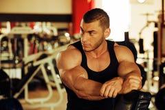 爱好健美者训练健身房 免版税库存照片