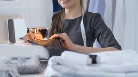爱好和小企业的概念 工作在缝纫机的妇女裁缝 股票录像