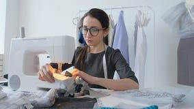 爱好和小企业的概念 年轻女性裁缝设计并且缝合衣裳 股票录像