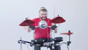 爱好和音乐做的概念 演奏鼓的年轻人在家或在一间录音室 股票录像
