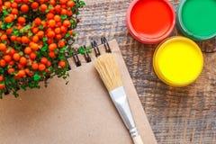爱好有色的树胶水彩画颜料的绘画工作场所刺激顶视图 图库摄影