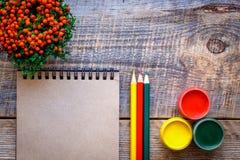 爱好有色的铅笔的绘画工作场所,树胶水彩画颜料刺激顶视图 库存图片