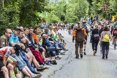 爱好者人群在Le环法自行车赛路的  免版税库存照片