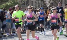 爱好者在波士顿马拉松的欢呼赛跑者2014年 库存照片
