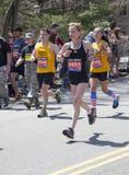 爱好者在波士顿马拉松的欢呼赛跑者2014年 图库摄影