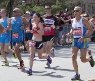 爱好者在波士顿马拉松的欢呼赛跑者2014年 免版税图库摄影
