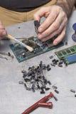 爱好者在集成电路的刷子清理 库存照片