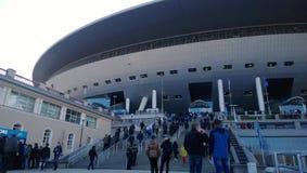 爱好者来到入口到新的体育场Zenit圣彼德堡 免版税库存图片