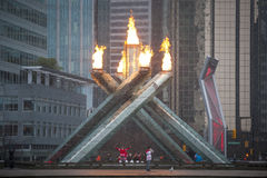 爱好者欢呼在奥林匹克圣火在温哥华 图库摄影