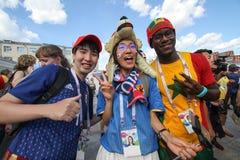 爱好者获得在一场节日足球比赛日本的一个乐趣对塞内加尔 免版税库存图片