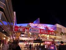 爱好者进入斯台普斯中心在快船队比赛期间在晚上 免版税库存图片