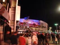 爱好者进入斯台普斯中心在快船队比赛期间在晚上 免版税库存照片
