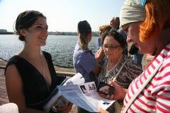 爱好者,俄国和意大利歌剧的恋人 听众和观察者,访客打开kronstadt歌剧的节日行人 免版税图库摄影