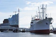爱好音乐的易北河和货船MS盖帽圣的建筑 免版税图库摄影