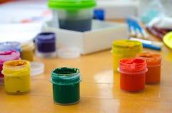 爱好绘画-有色的铅笔的工作场所,树胶水彩画颜料刺激 免版税库存图片
